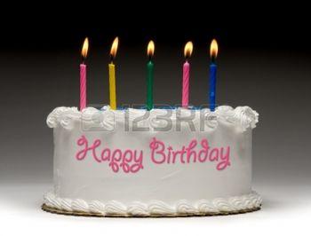 15440273-cumplea-os-white-perfil-pastel-sobre-fondo-graident-con-cinco-velas-de-colores-encendidos-y-quot-fel